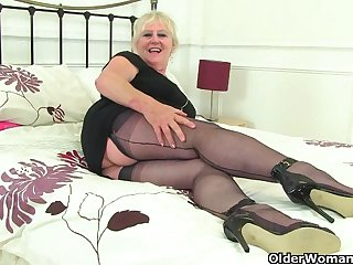 British gilf Zadi fucks her old fanny with a felonious dildo