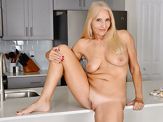 Florida milf Chery Leigh loves doing caboose chores