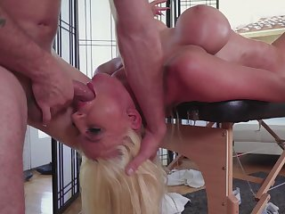 Masseuse offers pure hardcore delight for him